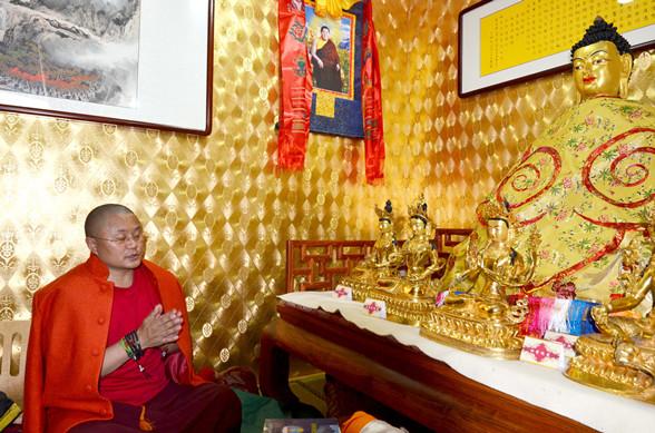 来自四川甘孜的著名活佛蒋扬多吉仁波切举行仪式