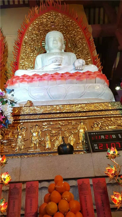 药师佛铜钵2016年1月1日供奉在长沙洗心禅寺大雄宝殿药师佛像前